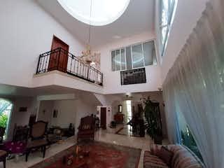 Una sala de estar llena de muebles y una lámpara de araña en Casa en venta en San Lucas Xochimanca de 400mts, dos niveles