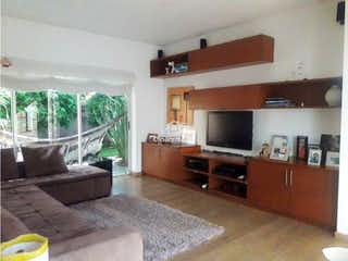 Una sala de estar llena de muebles y una televisión de pantalla plana en Casa en venta en Barrio San José de Bavaria de 1620mts, dos niveles
