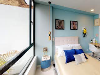 Una sala de estar llena de muebles y una ventana en Urban 960