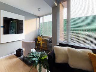 Una sala de estar llena de muebles y una gran ventana en Zentral - Zajari