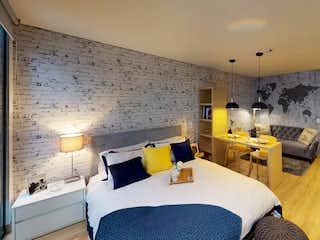 Una habitación de hotel con dos camas y una lámpara de araña en Teik
