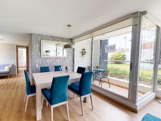 Una sala de estar llena de muebles y una gran ventana en La Terra Alsacia Reservado