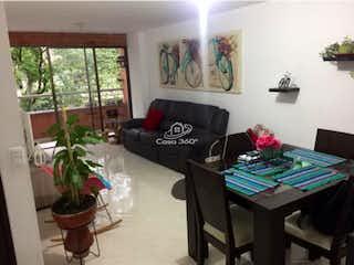Una sala de estar llena de muebles y una planta en maceta en Apartamento en venta en La Magnolia, 116mt con balcon
