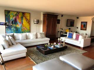 Una sala de estar llena de muebles y una televisión de pantalla plana en Apartamento en venta en El Refugio, de 230mtrs2