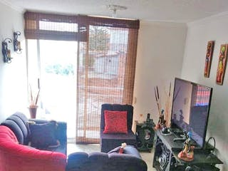 Una sala de estar llena de muebles y una ventana en Santa Maria de las lomas