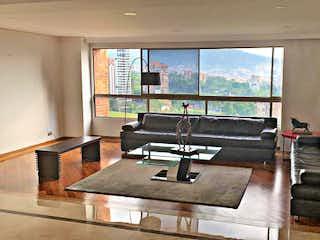 Una sala de estar llena de muebles y una televisión de pantalla plana en Apartamento en Venta en Los Balsos, de 226mtrs2