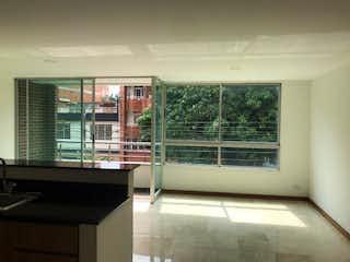 Un baño con una ventana y una ventana grande en Apartamento en Venta en Bolivariana, de 92mtrs2