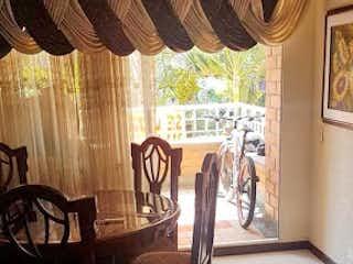 Una sala de estar con un sofá y una mesa en Apartamento en venta en Cuarta Brigada, de tres alcobas