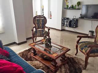 Una sala de estar llena de muebles y una chimenea en Apartamento en Venta Simón Bolívar, de 156mtrs2
