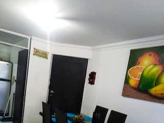 Una habitación con una mesa y sillas en ella en Conjunto Manzanares Del Real