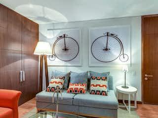 Una sala de estar llena de muebles y un reloj en Museo Parque Central