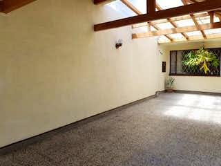 Una vista de una habitación con una planta en ella en Casa En Venta En Bogota Villa Magdala-Usaquén