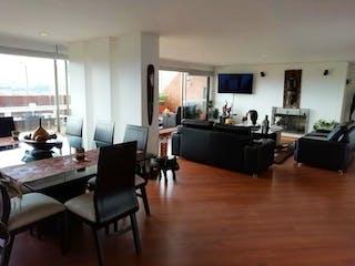 Una sala de estar llena de muebles y una televisión de pantalla plana en Apartamento en venta en Bogota Altos De Suba 3 habitaciones