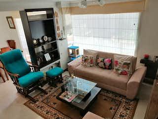 Una sala de estar llena de muebles y una chimenea en Casa en venta en  Pradera Norte  3 habitaciones