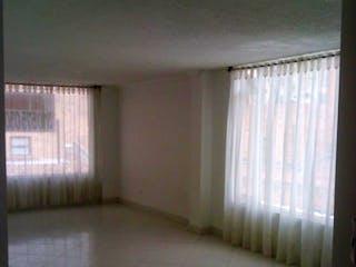 Un cuarto de baño con una cortina de ducha y una ventana en Edificio