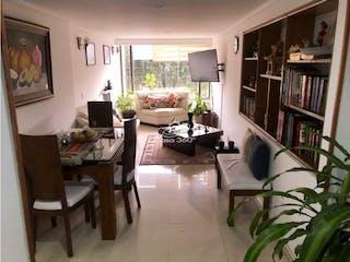 Una sala de estar llena de muebles y un estante de libros en Apartamento en venta en Cedritos  3 habitaciones