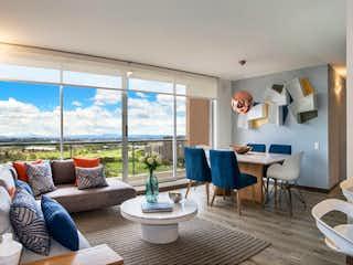 Una sala de estar llena de muebles y una gran ventana en Salamanca