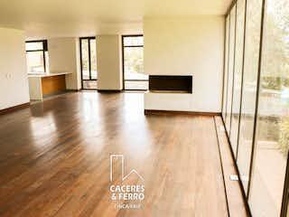 Una sala de estar llena de muebles y una televisión de pantalla plana en Conjunto
