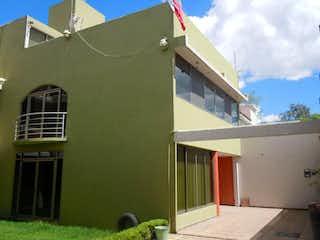 Un gran edificio con un reloj en el lado en Casa en Venta en Barrio