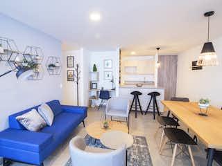 Una sala de estar llena de muebles y una mesa en C26
