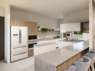 Una gran cocina con electrodomésticos blancos y mostradores en Acanto Ecos del Bosque