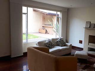 Una sala de estar llena de muebles y una chimenea en Casa en venta en La Balsa, 414mt de tres niveles.