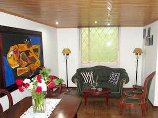 Una sala de estar llena de muebles y flores en -