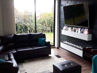 Una sala de estar llena de muebles y una chimenea en Casa en venta en Canelón, de 220mtrs2