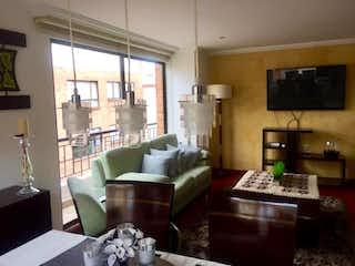 Una sala de estar llena de muebles y una chimenea en Apartamento en venta en Caobos Salazar, de 133mtrs2 Penthouse