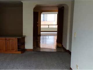 Una sala de estar llena de muebles y una chimenea en Apartamento en venta en Santa Bárbara, de 180mtrs2