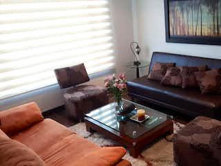 Una sala de estar llena de muebles y un sofá en Casa en venta en Casco Urbano Chía, de 105mtrs2