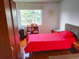 Un dormitorio con una cama y una silla en Casa En Venta En Bolivia, de 71,71mtrs2