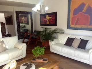 Una sala de estar llena de muebles y una televisión de pantalla plana en Casa en venta en  Bogota Gratamira 3 habitaciones