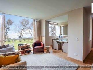 Una sala de estar llena de muebles y una mesa en Country - Paradise