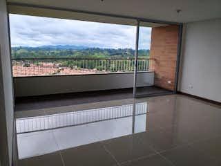Un baño con un gran ventanal y un gran ventanal en AP IPANEMA