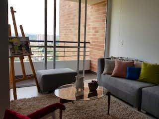 Una sala de estar llena de muebles y una ventana en HABITAT