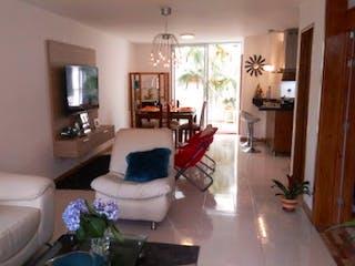Una sala de estar llena de muebles y una chimenea en PIETRA SANTA
