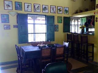 Una sala de estar llena de muebles y una ventana en Finca en venta en Rionegro  3 habitaciones