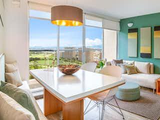 Una sala de estar llena de muebles y una gran ventana en Salamanca +