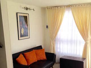 Una sala de estar llena de muebles y una ventana en Conjunto reserva de Alejandría