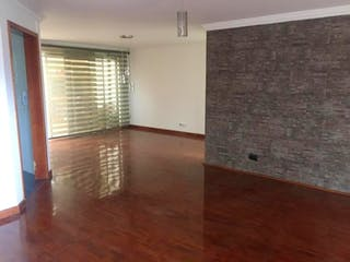 Una sala de estar con suelos de madera dura y un suelo de madera en Casa en venta en Chia, 180mt de tres niveles.