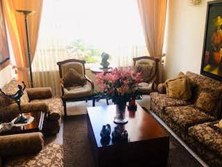 Una sala de estar llena de muebles y una gran ventana en Casa en venta en Prado Veraniego, de 130mtrs2