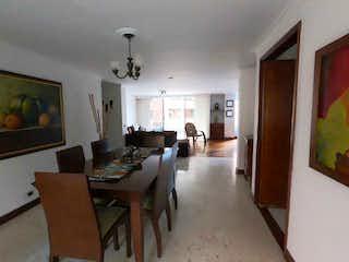 Una sala de estar llena de muebles y una mesa en Apartamento en venta en Los Balsos, de 154mtrs2