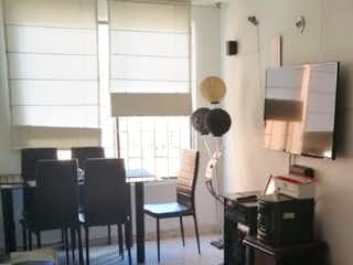 Una sala de estar llena de muebles y una mesa en Apartamento en venta en San Antonio Norte, 51mt