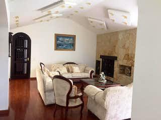 Una sala de estar llena de muebles y una chimenea en Casa en venta en Cota, 420mt con jacuzzi