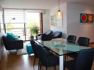 Una sala de estar llena de muebles y una televisión de pantalla plana en Conjunto Palma Luna P.H