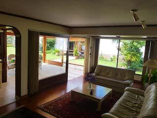 Una sala de estar llena de muebles y una gran ventana en Conjunto andora