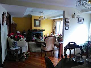 Una sala de estar llena de muebles y una chimenea en Cohen