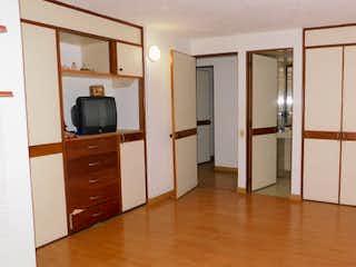 Una sala de estar con suelos de madera dura y una televisión de pantalla plana en Apartamento en venta en Santa Helena de tres habitaciones