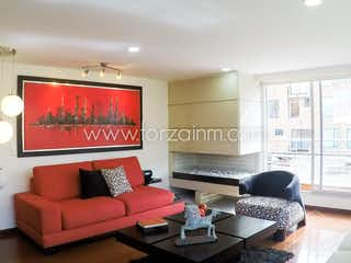 Una sala de estar llena de muebles y una televisión de pantalla plana en Apartamento en venta en Chico Navarra de tres habitaciones